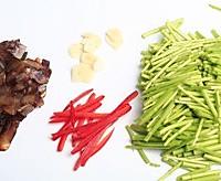 芦蒿炒腊肉的做法图解1