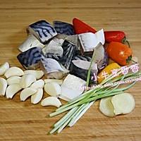 大蒜炖鱼的做法图解1